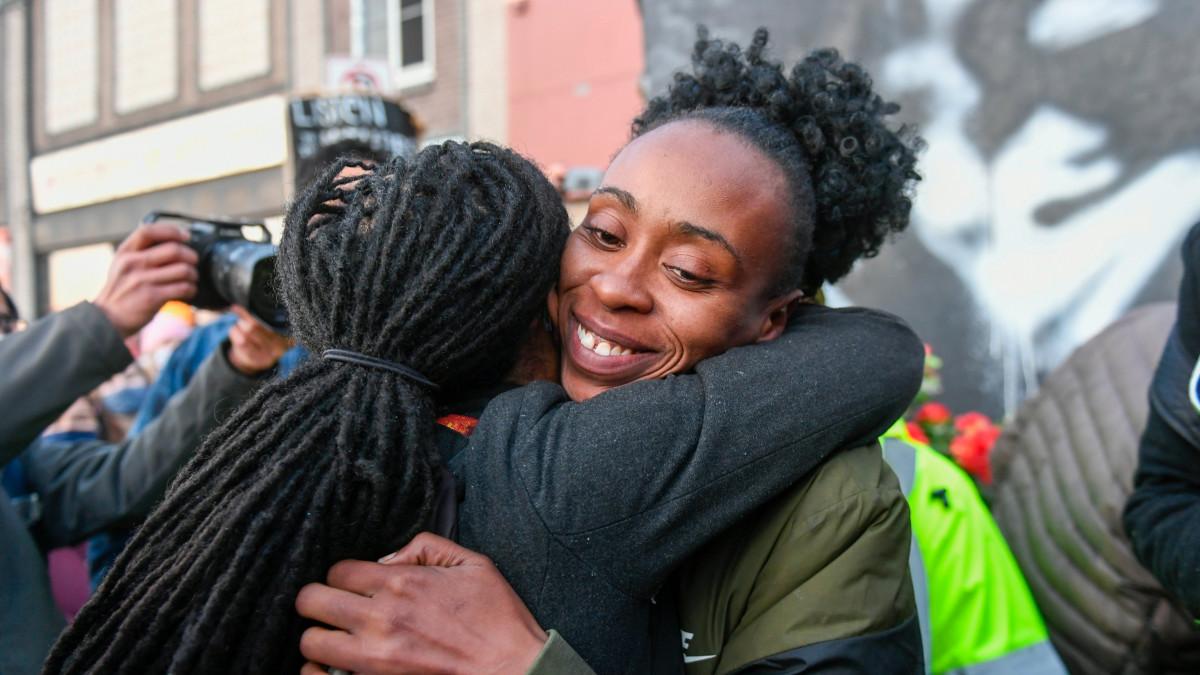 kaksi naista halaa Floydin muistomerkillä