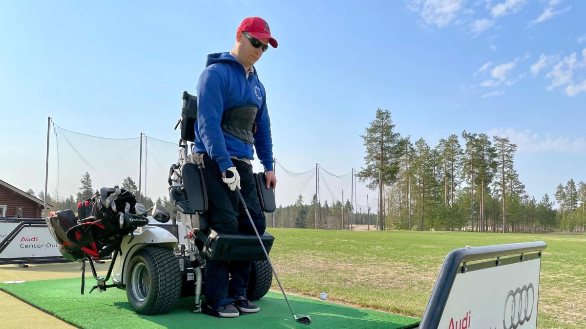 Oululainen Markus Lehto esittelee paragolfajoneuvoa perjantaina 14. toukokuuta.