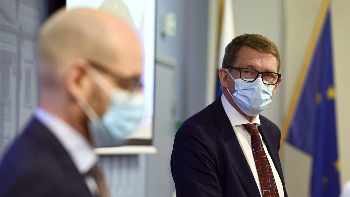 Työryhmän puheenjohtaja Markus Teräväinen (vas.) ja valtiovarainministeri Matti Vanhanen
