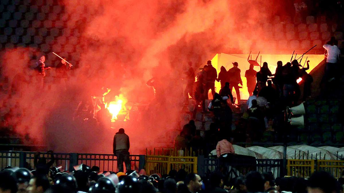 Mellakoitsijoiden sytyttämä soihtu palaa Kairon jalkapallostadionilla.
