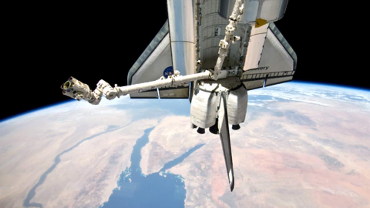 Discovery-sukkula avaruudessa.