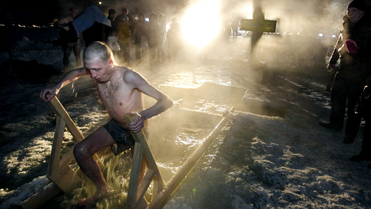 Mies kastautuu jäiseen veteen Velokoessa keskiviikkona.