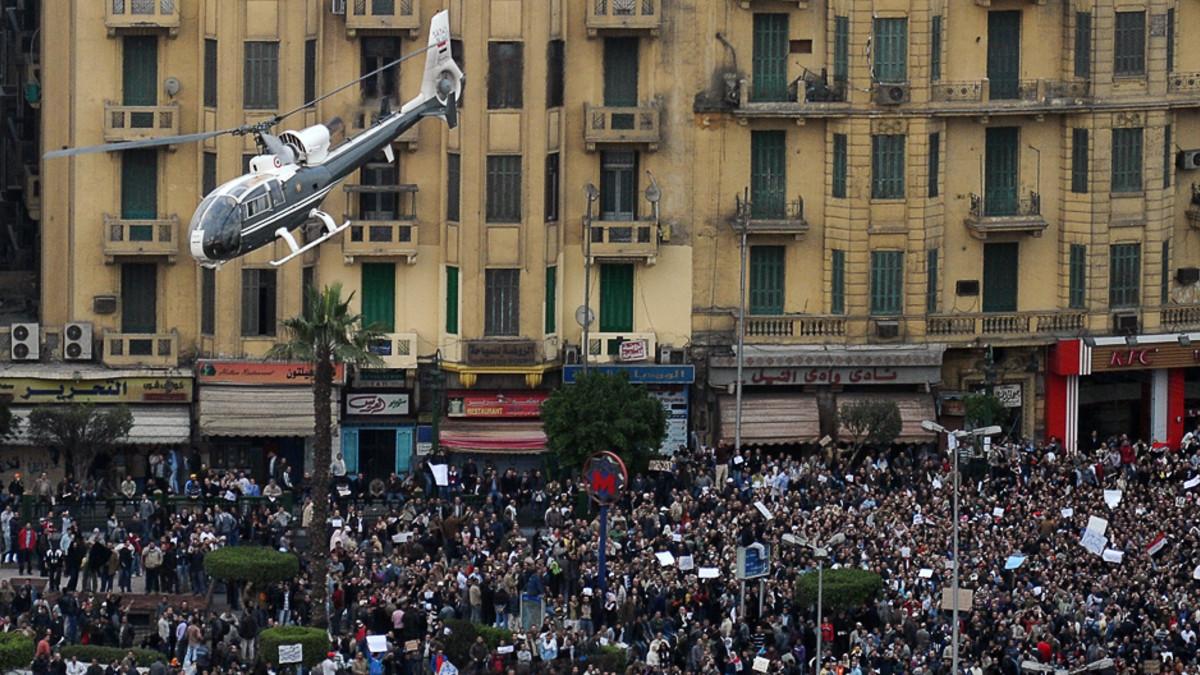 Helikopteri lentää väkijoukon yllä Kairossa