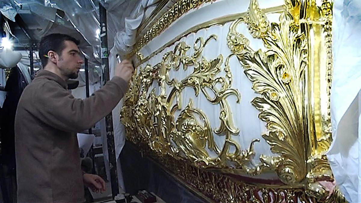 Konservaattori kultaa aition koristeita