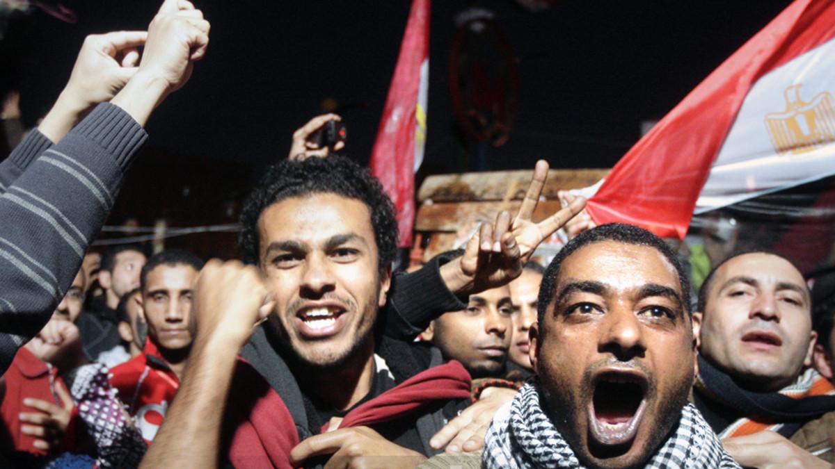 Egyptiläiset mielenosoittajat juhlivat presidentti Mubarakin eroa Kairon Tahrir-aukiolla