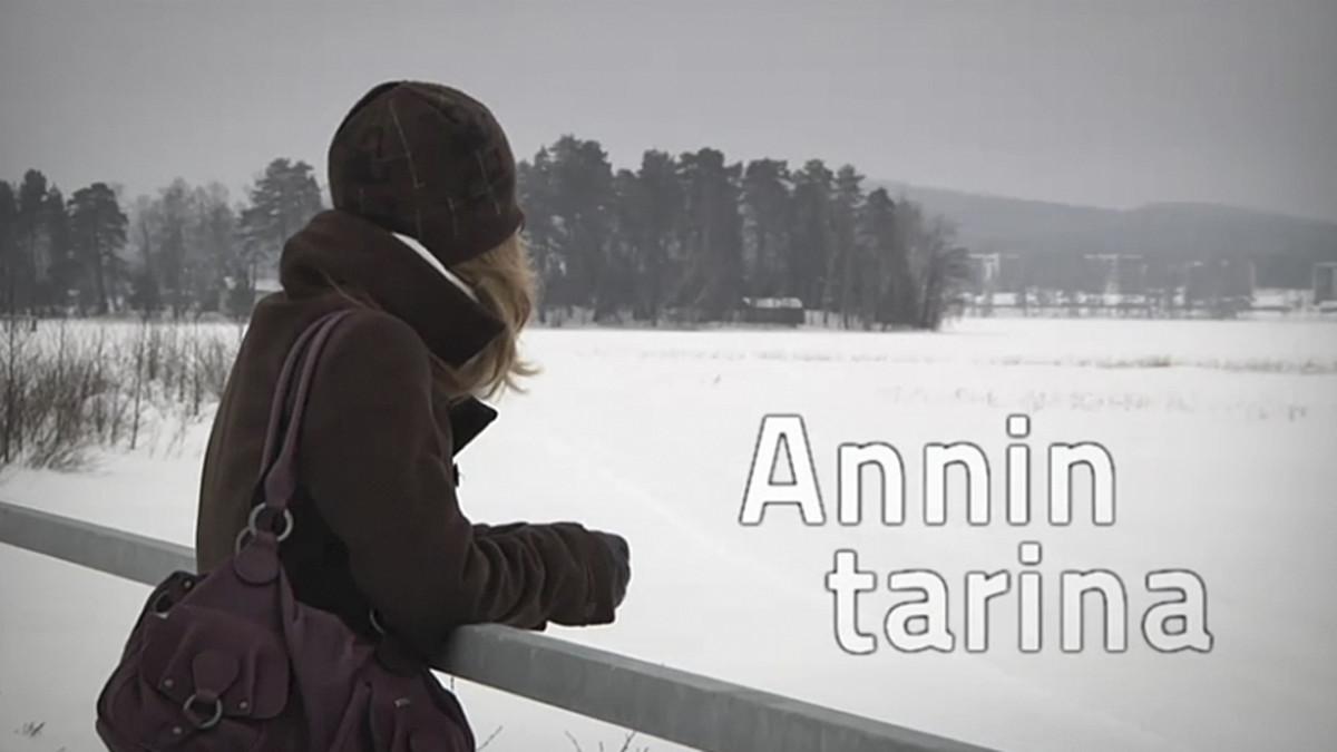 Nuori nainen katsoo sillalta jäätä