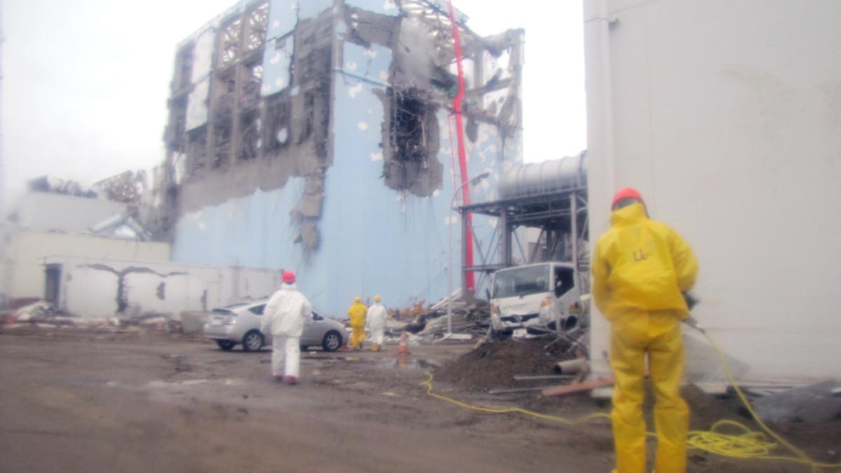 Voimalayhtiö Tepcon työntekijöitä Fukushima 1:n edustalla.
