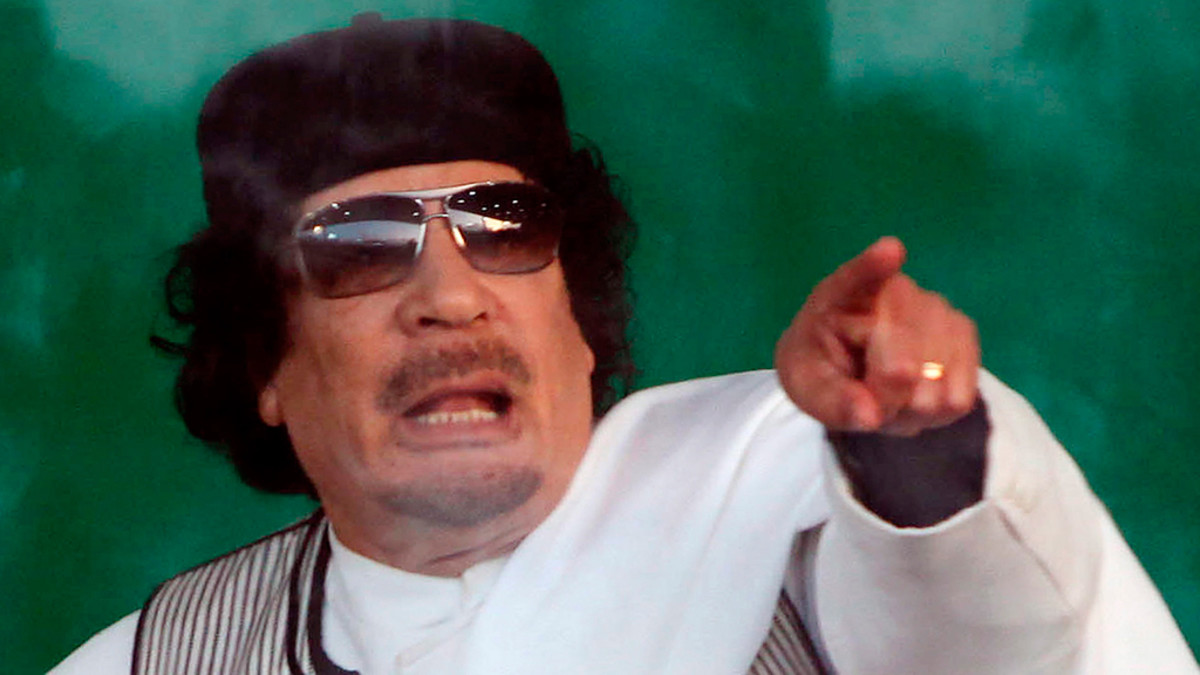Libyan johtaja Muammar Gaddafi osoittaa sormellaan.