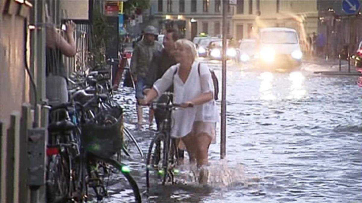 Ihmiset kahlaavat kadulla Kööpenhaminassa