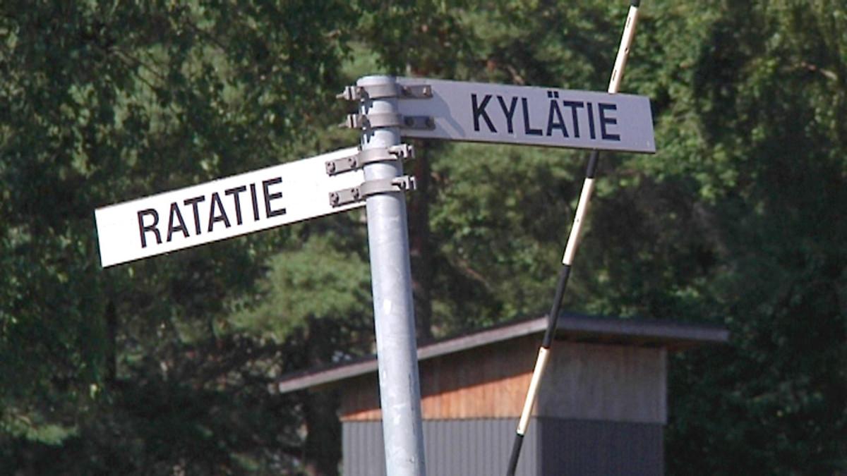 """Tienviitta. Toiseen suuntaan teksti """"Ratatie"""", toiseen """"Kylätie""""."""