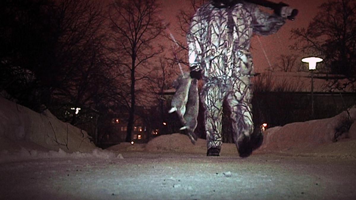 Marko Pesu metsästää kaneja Kaisaniemen kasvitieteellisessä puutarhassa.