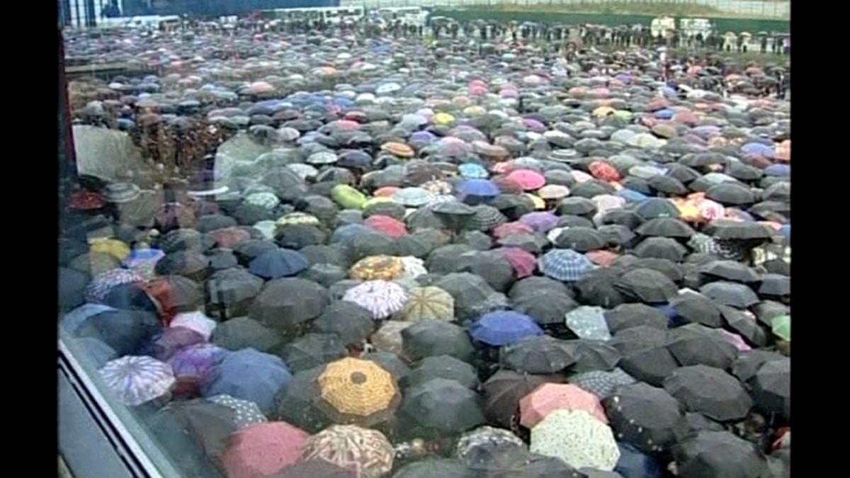 Jaroslavin uhrien muistotilaisuuteen kerääntyneitä ihmisiä kaupungin jäähallilla 10. syyskuuta.