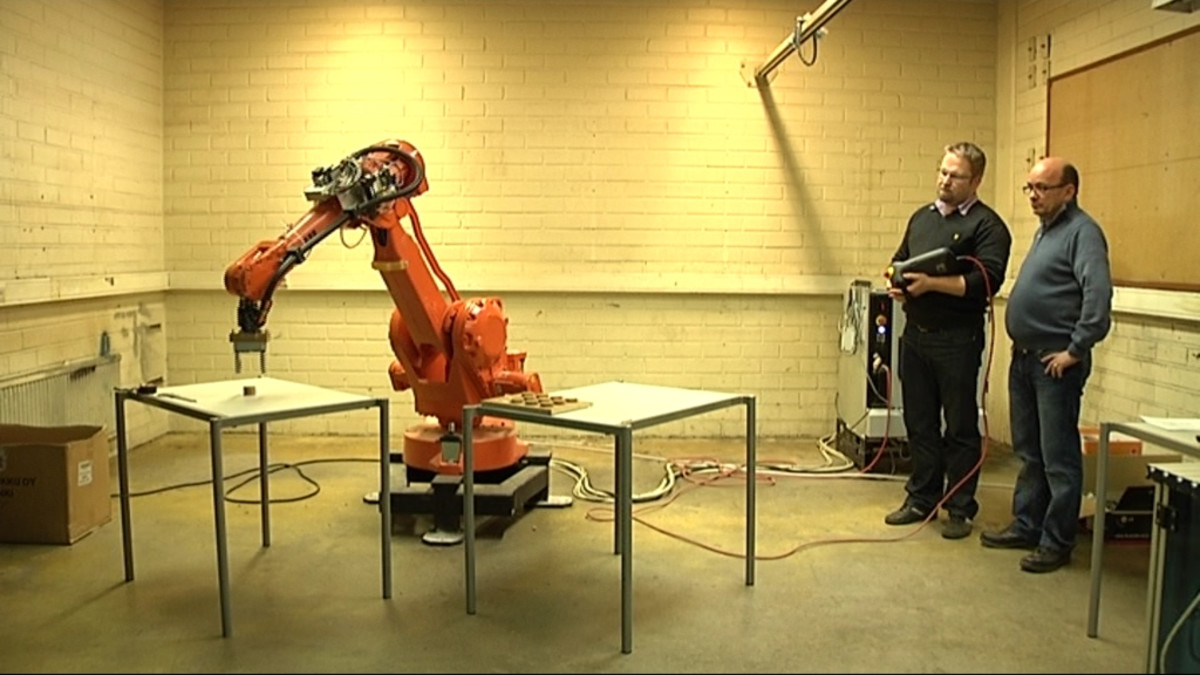 Kuvassa robotti tekee työtä.