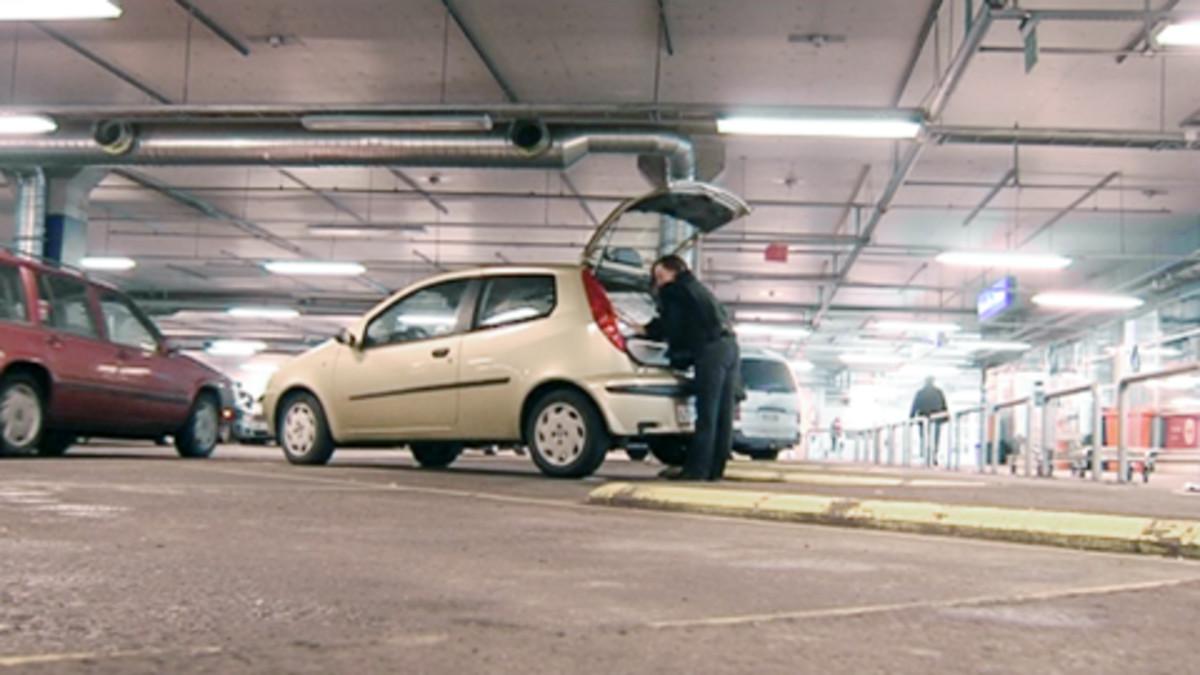 Nainen pakkaa ostamiaan tavaroita autoon Ikean parkkihallissa.