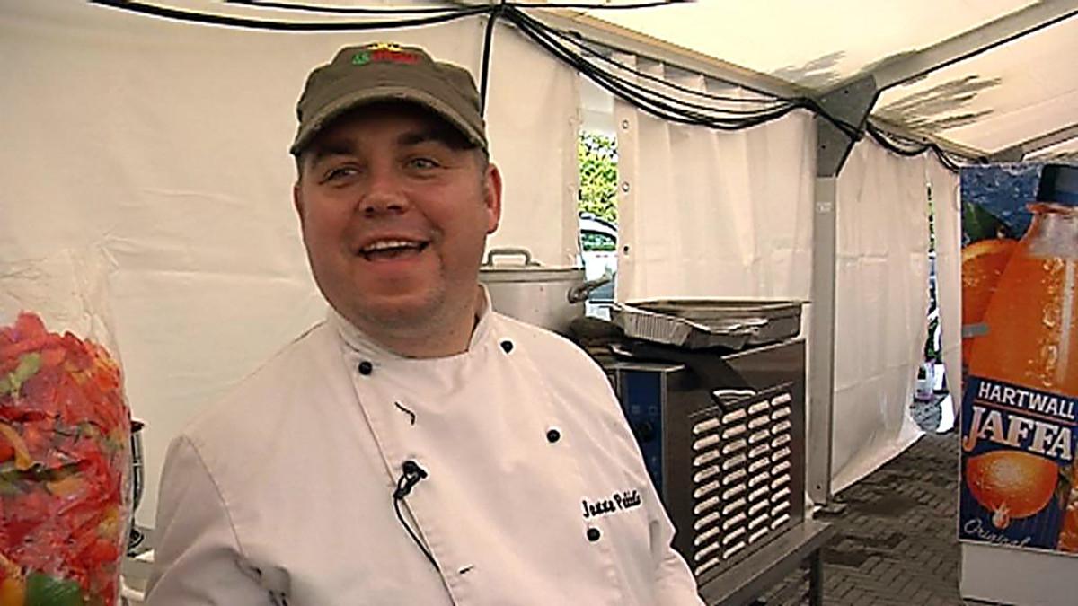 Janne Pekkala kokkaa Roviantin ravintolateltassa, Oulussa.
