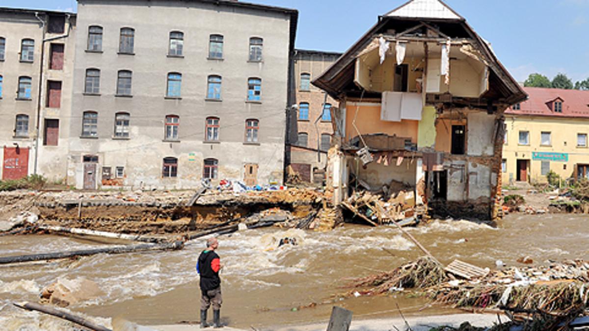Tulvan tuhoja kadulla
