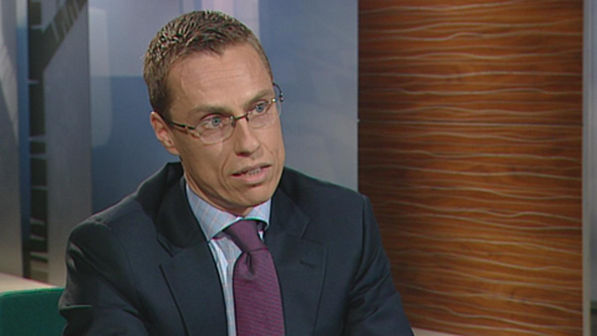 Ulkoministeri Alexander Stubb tv-studiossa Ylen Ykkösaamu-lähetyksessä.