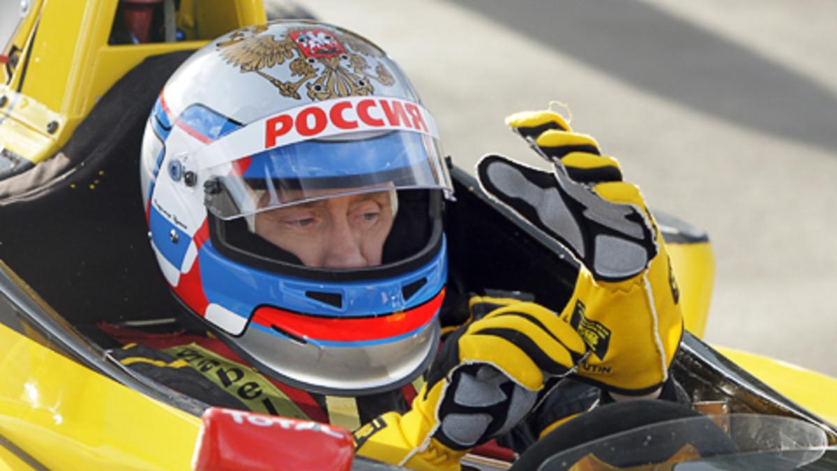 Venäjän pääministeri Vladimir Putin formula-auton ohjaamossa