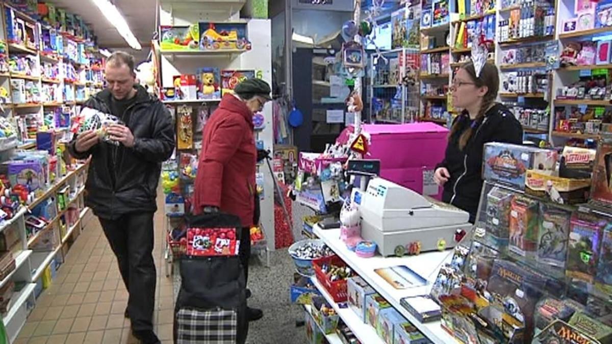 Asiakkaita hämeenlinnalaisessa lelukauppa Lelushopissa joulun alla 2010.