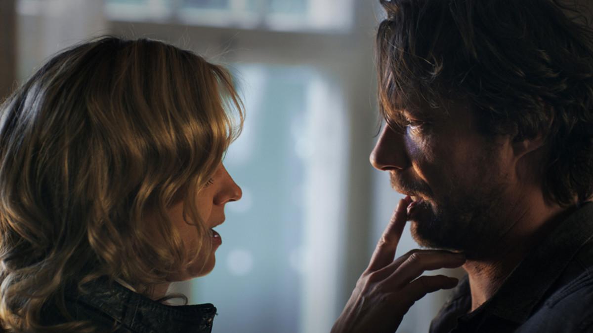 Anu Sinisalo ja Antti Reini Vares-elokuvan kohtauksessa. Sinisalon roolihahmo on työntänyt sormen miehen alahuulta vasten.