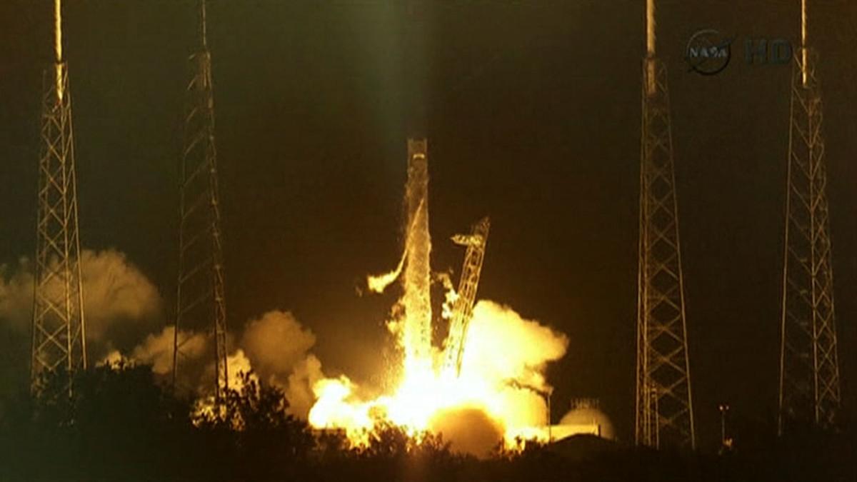 SpaceX raketti lähdössä avaruuteen.
