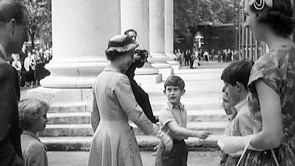 Prinssi Charles esittelee koulutovereitaan ja opettajiaan äidilleen.