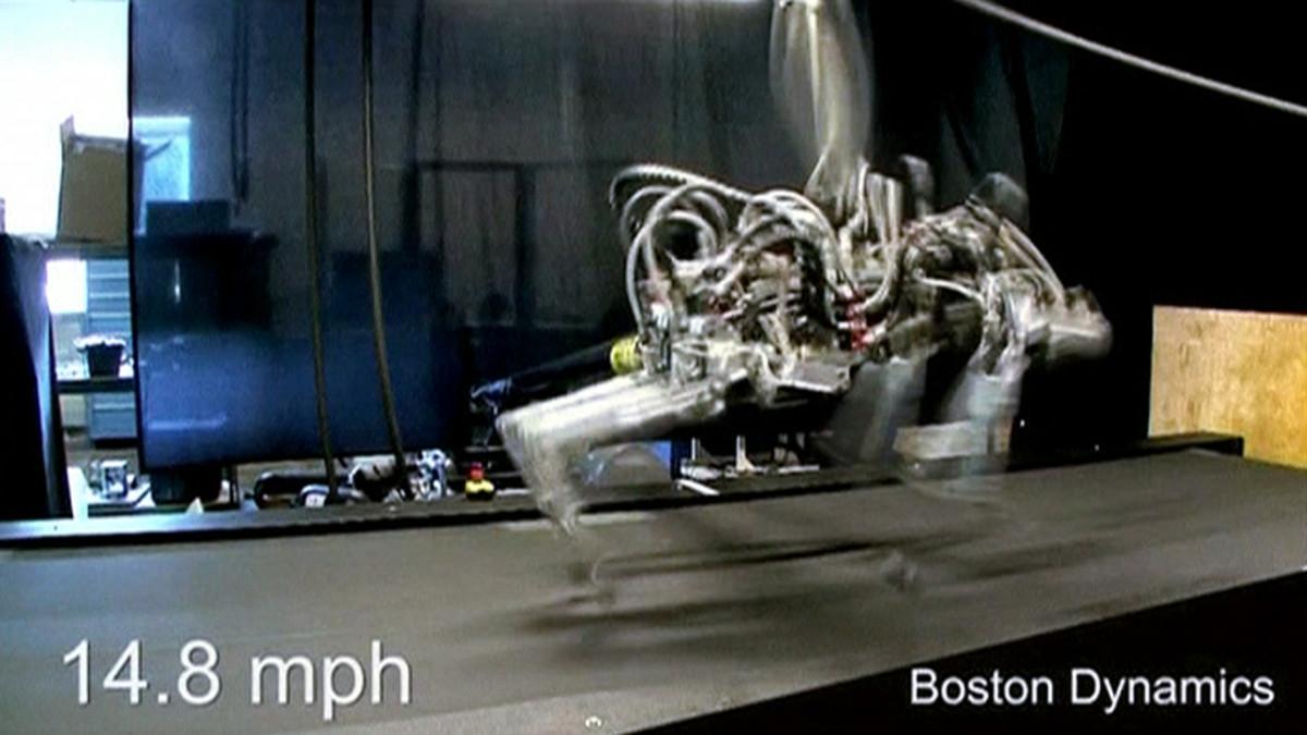 Juokseva robotti liukuhihnalla.