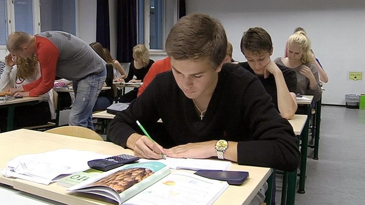 Yksityisen Munkkiniemen yhteiskoulun yläasteen oppilaita matematiikantunnilla.