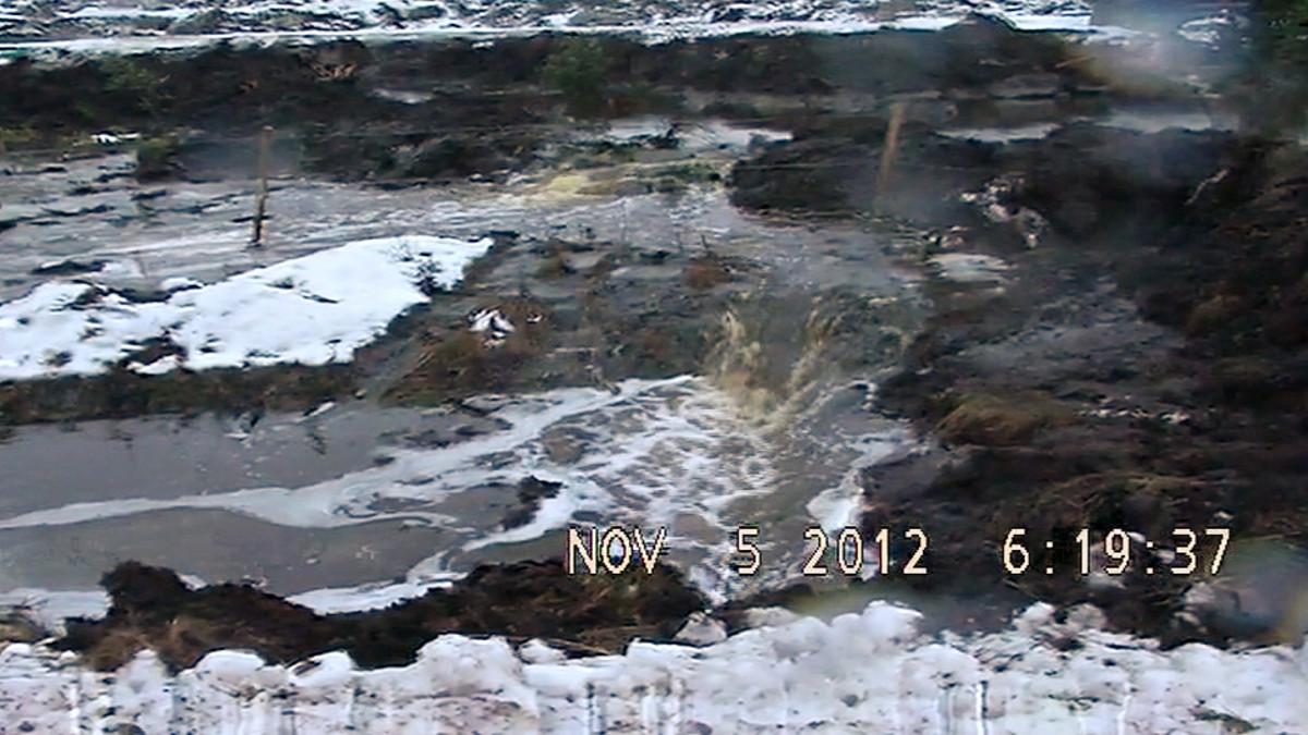 Talvivaaran kipsisakka-altaan vuotokohta.