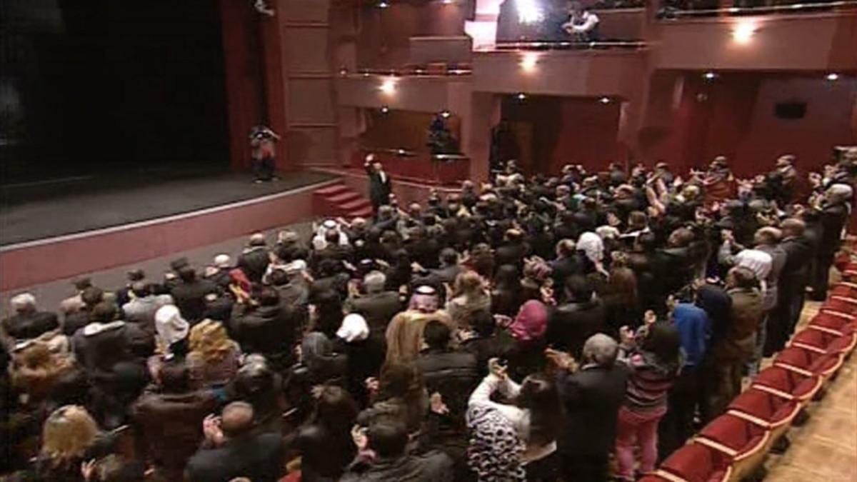 Juuri Al-Assad yleisön eteen saapunut Al-Assad vilkuttaa yleisölle.