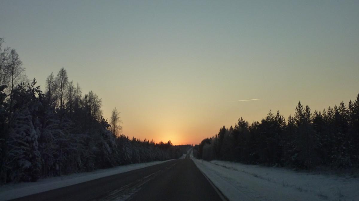 Valtatie 5 halkoo talvisen auringonlaskumaiseman.