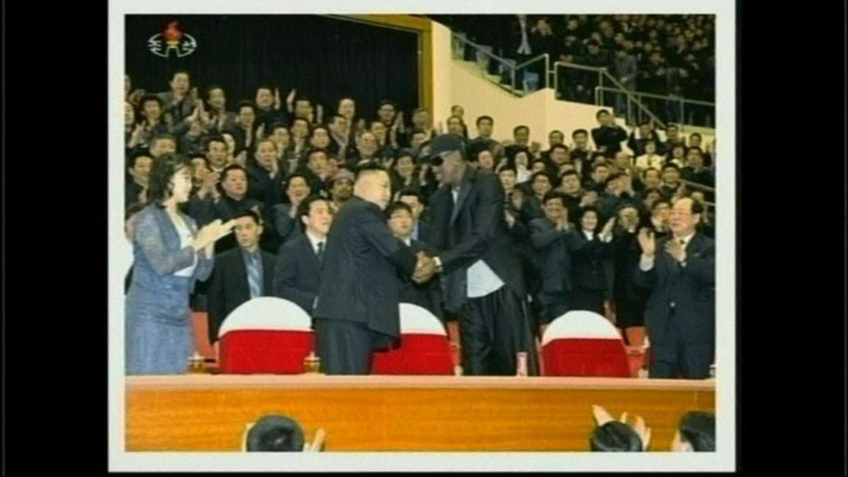Yhdysvaltalainen entinen koripallotähti Dennis Rodman kättelee Kim Jong-unia.
