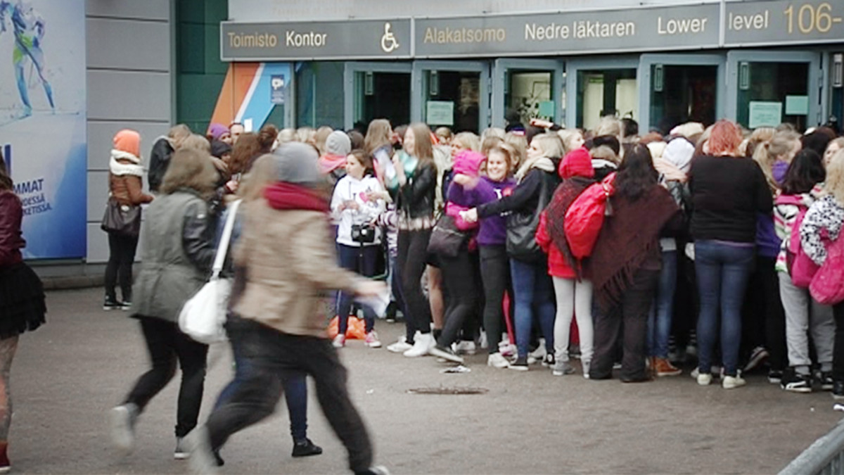 Justin Beaber -fanit jonottavat Helsinki Areenan edustalla perjantaina.