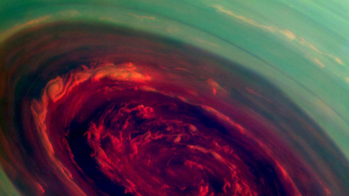 Pyörremyrskyn keskus Saturnuksen pohjoisnavalla