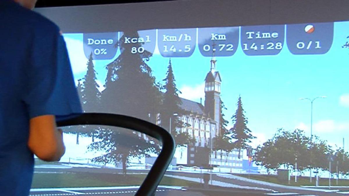 Suunnistussimulaattorin näkymässä on kilometri- ja nopeusmittari.