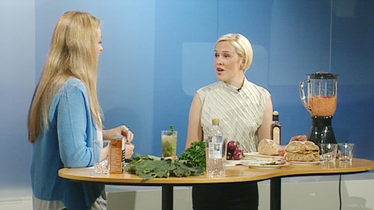 Aamu-tv:n kesäpuutarhassa tehtiin kausiruokaa. Demos Helsingin tutkijan Outi Kuittisen johdolla valmistettiin mansikka-paprikakeitto, kesäkurpitsa-eväsleivät sekä raparperi mojito.
