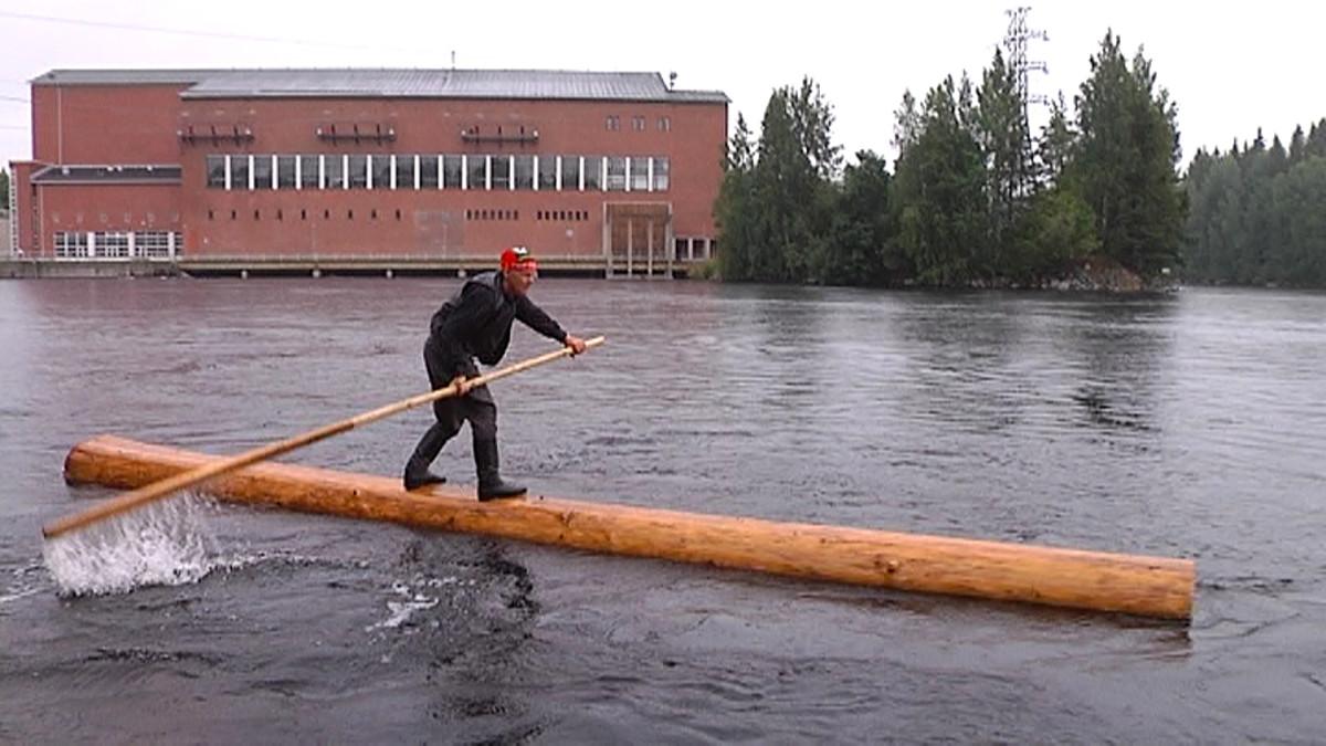 Pekka Nyman laskee tukilla Vuoksen virrassa.