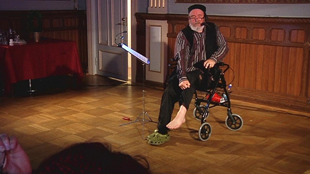 Näyttelijä Mikko Kauranen istuu rollaattorin päällä
