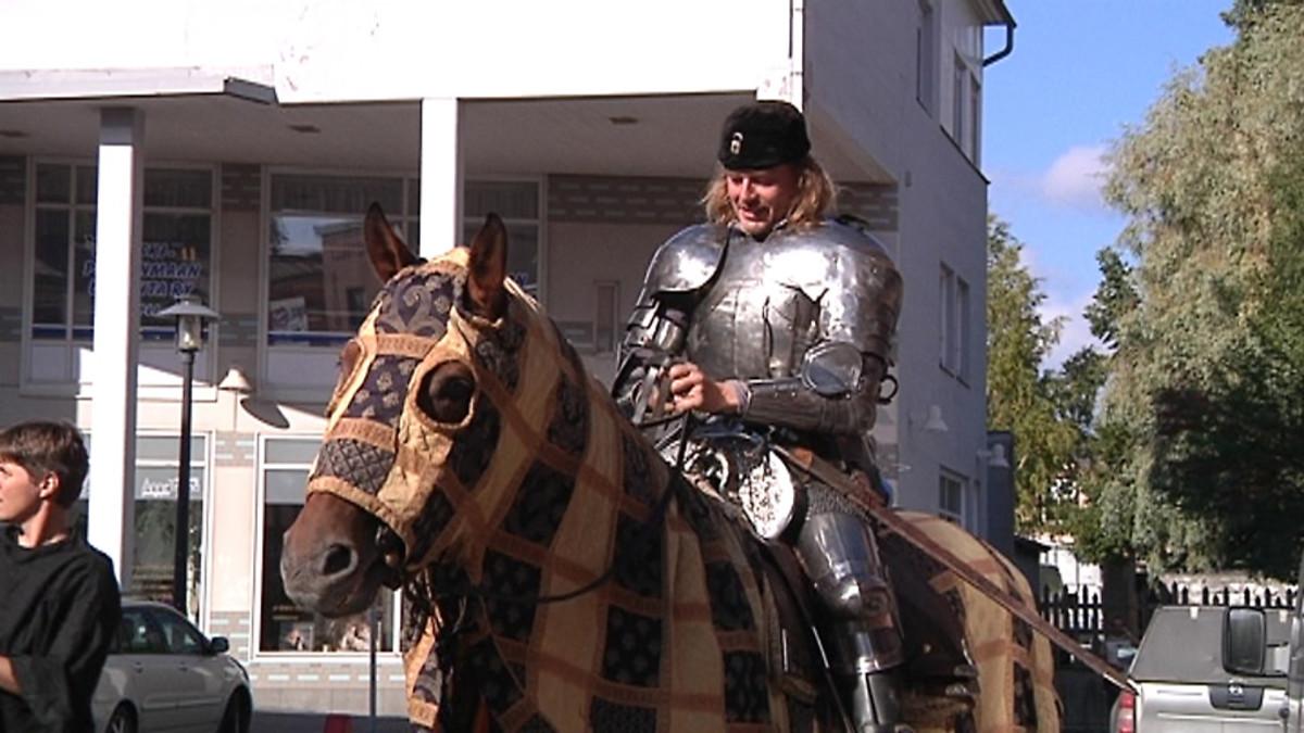 Ritari hevosen selässä.