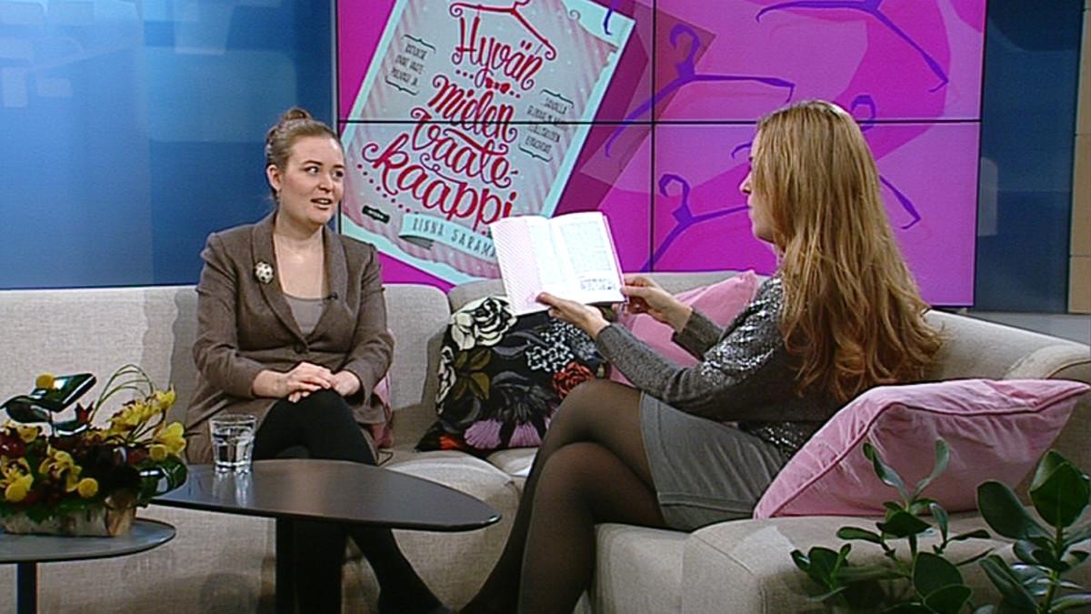 Vaatesuunnittelija ja kirjailija Rinna Saramäki Aamu-tv:n vieraana.