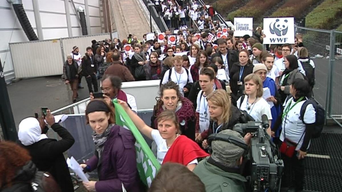Ympäristöjärjestöt marssivat ulos Varsovan ilmastokokouksesta vastalauseena paikallaan junnaaville neuvotteluille.