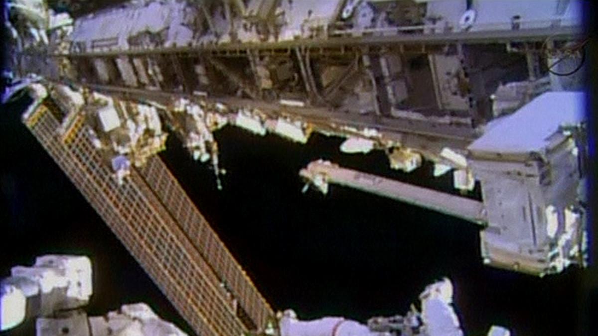 astronautti leijuu avaruusaseman ulkopuolella