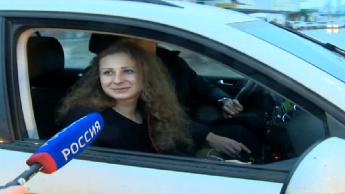 Autossa istuvaa Marija Aljohinaa haastatellaan.