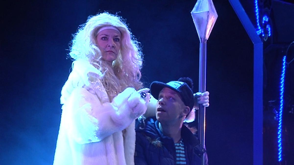 Kuvassa lumikuningattaren ja Kain kohtaus musiikkinäytelmässä Lumikuningatar