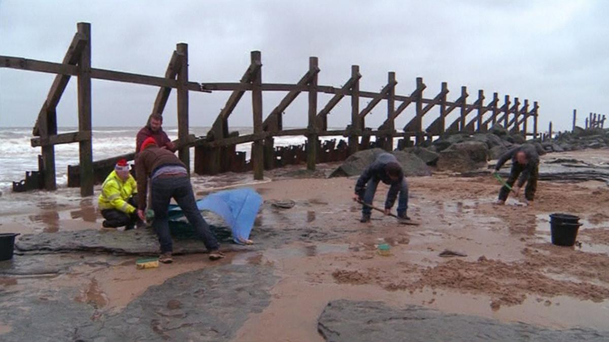Arkeologit työskentelemässä rannalla.