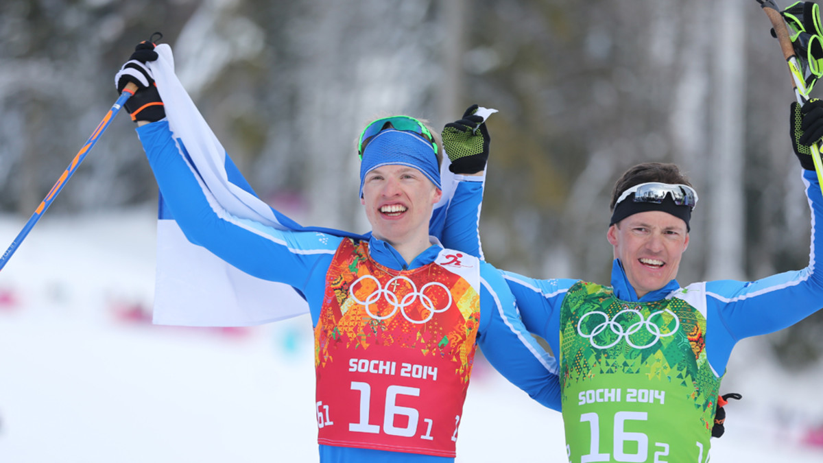 Suomen Iivo Niskanen (vas.) ja Sami Jauhojärvi (oik.) juhlivat Suomen lipun kanssa.