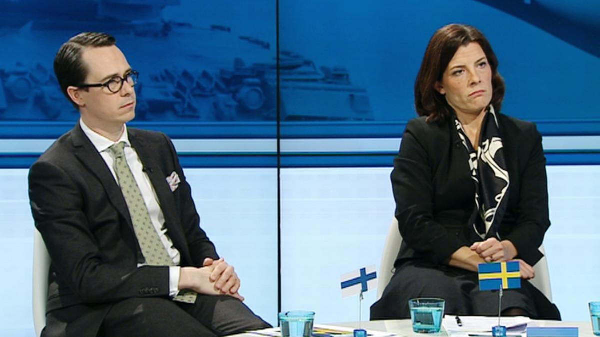 Suomen puolustusministeri Carl Haglund ja Ruotsin puolustusministeri Karin Enström.