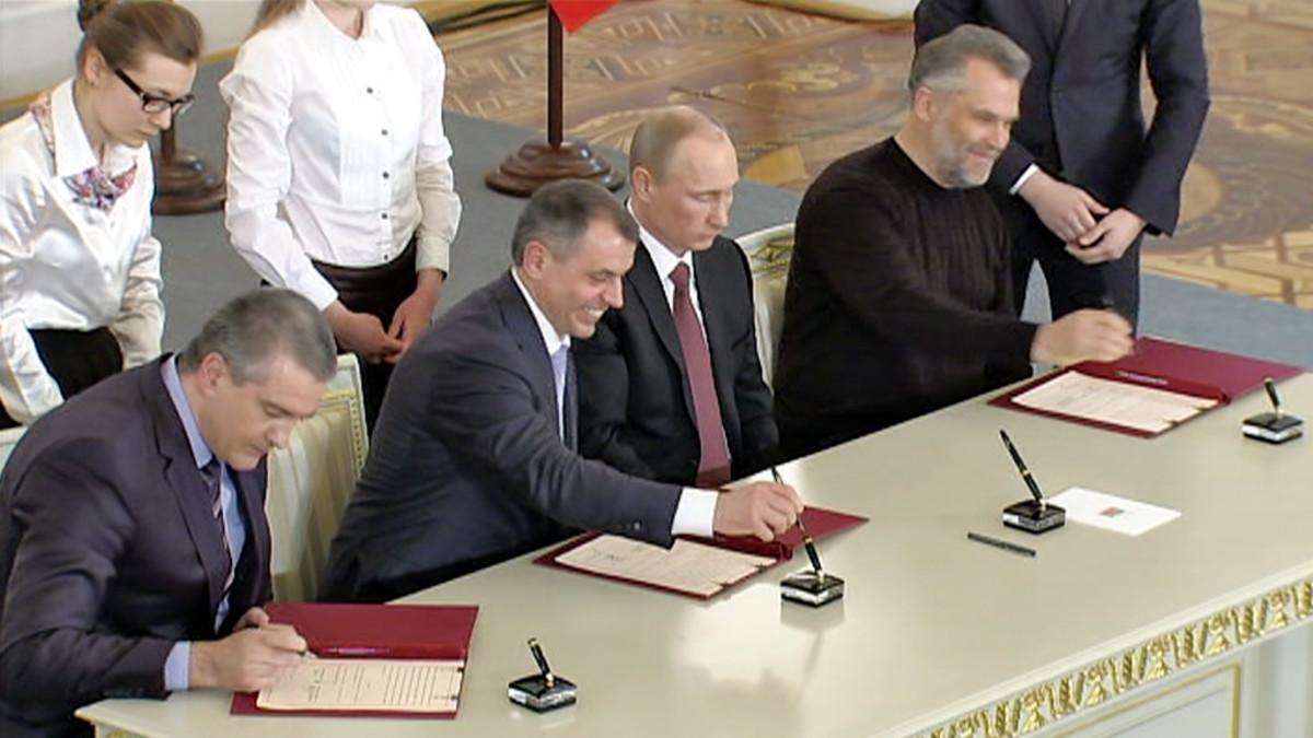 Kuva Venäjän duumasta, missä Putin ja muut johtajat allekirjoittavat sopimuksen Krimin liittämisestä Venäjään 18. maaliskuuta 2014.