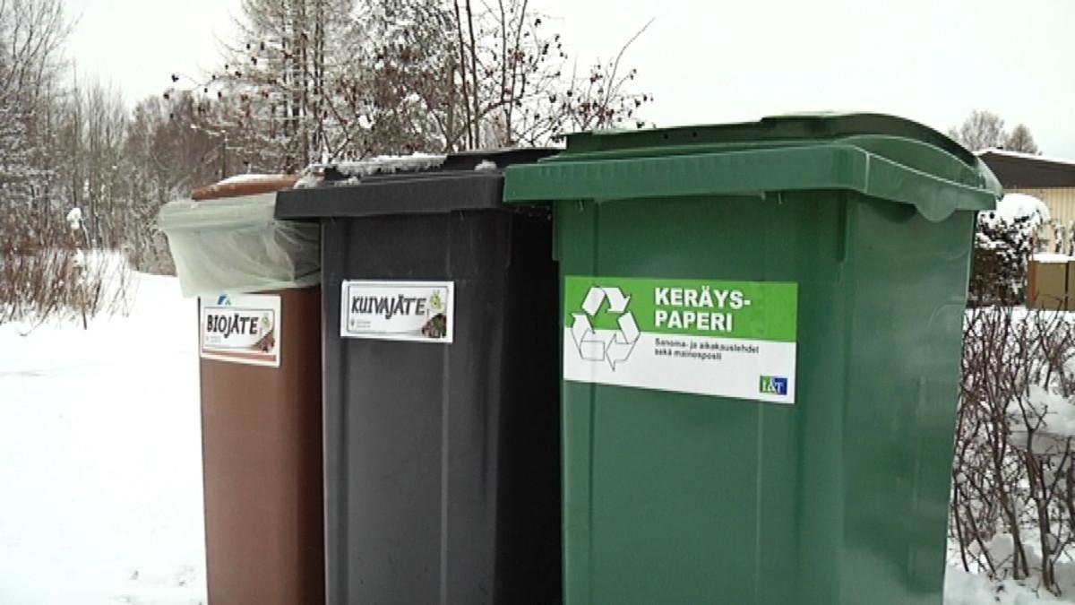 biojäte, kuivajäte sekä keräyspaperi roskikset omakotitalon pihalla