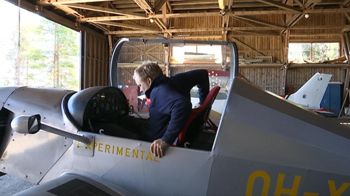Antti Kääriäinen kiipeää lentokoneen ohjaamoon